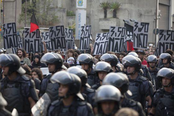 Policiais e manifestantes no protesto do último dia 16.