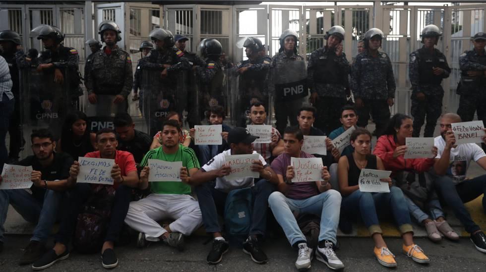 Manifestação em frente à sede do Sebin, nesta segunda-feira, 8