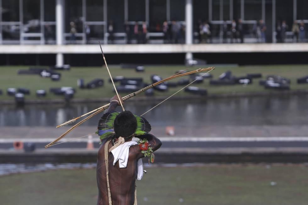 Índio protesta em Brasília, nesta terça-feira.