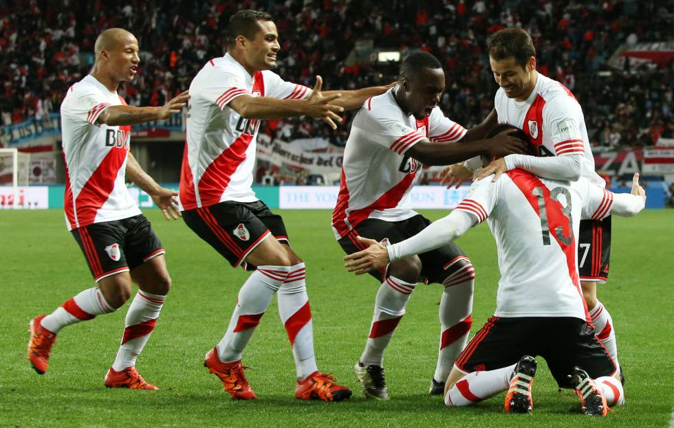 Jogadores comemoram o gol de Alario.
