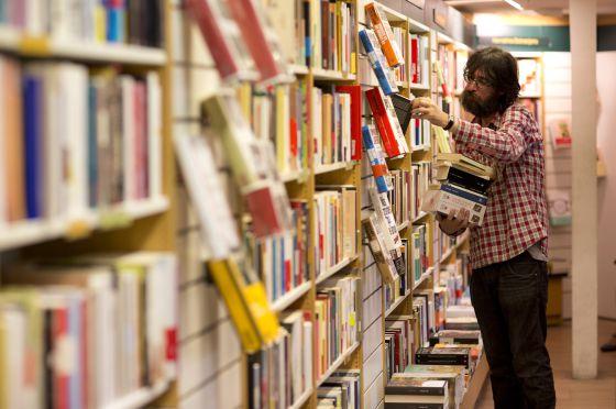 Cliente na livraria La Casa del Libro, em Madri, no dia 24 de outubro.