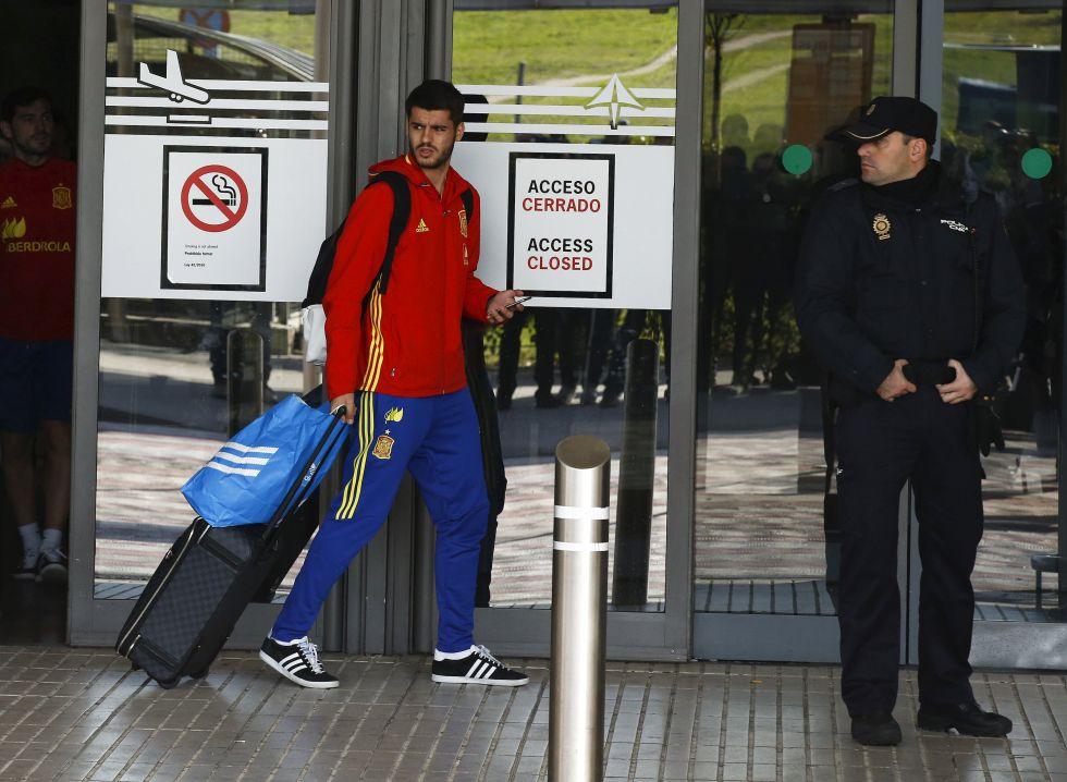 Morata, no aeroporto de Barajas, após a suspensão do jogo Bélgica x Espanha, em novembro.