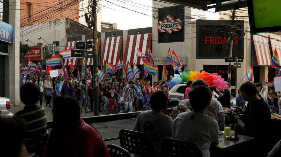 Marcha LGTBI no centro de Assunção em julho de 2015