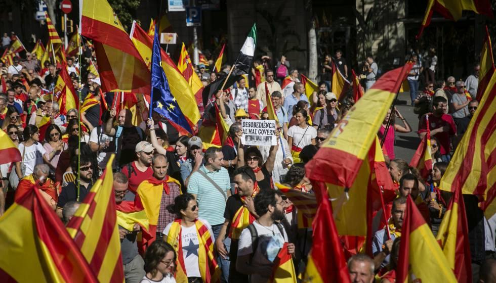Manifestantes em Barcelona protestam a favor da manutenção da unidade da Espanha.