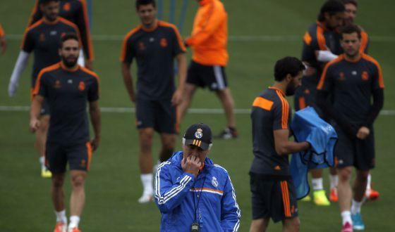 Ancelotti, pensativo, durante o treinamento do Real.
