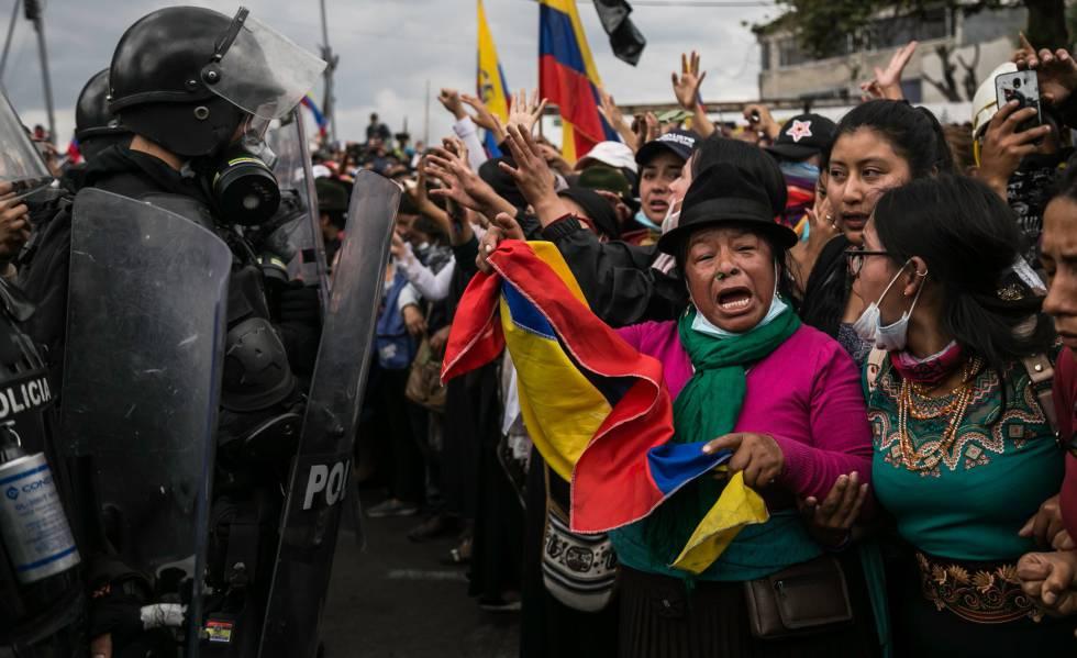 Mulheres protestam contra as políticas econômicas do Governo equatoriano em Quito, em outubro.