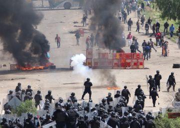 Agentes usaram gás lacrimogêneo para desmantelar uma barricada, e manifestantes reagiram com pedras e rojões