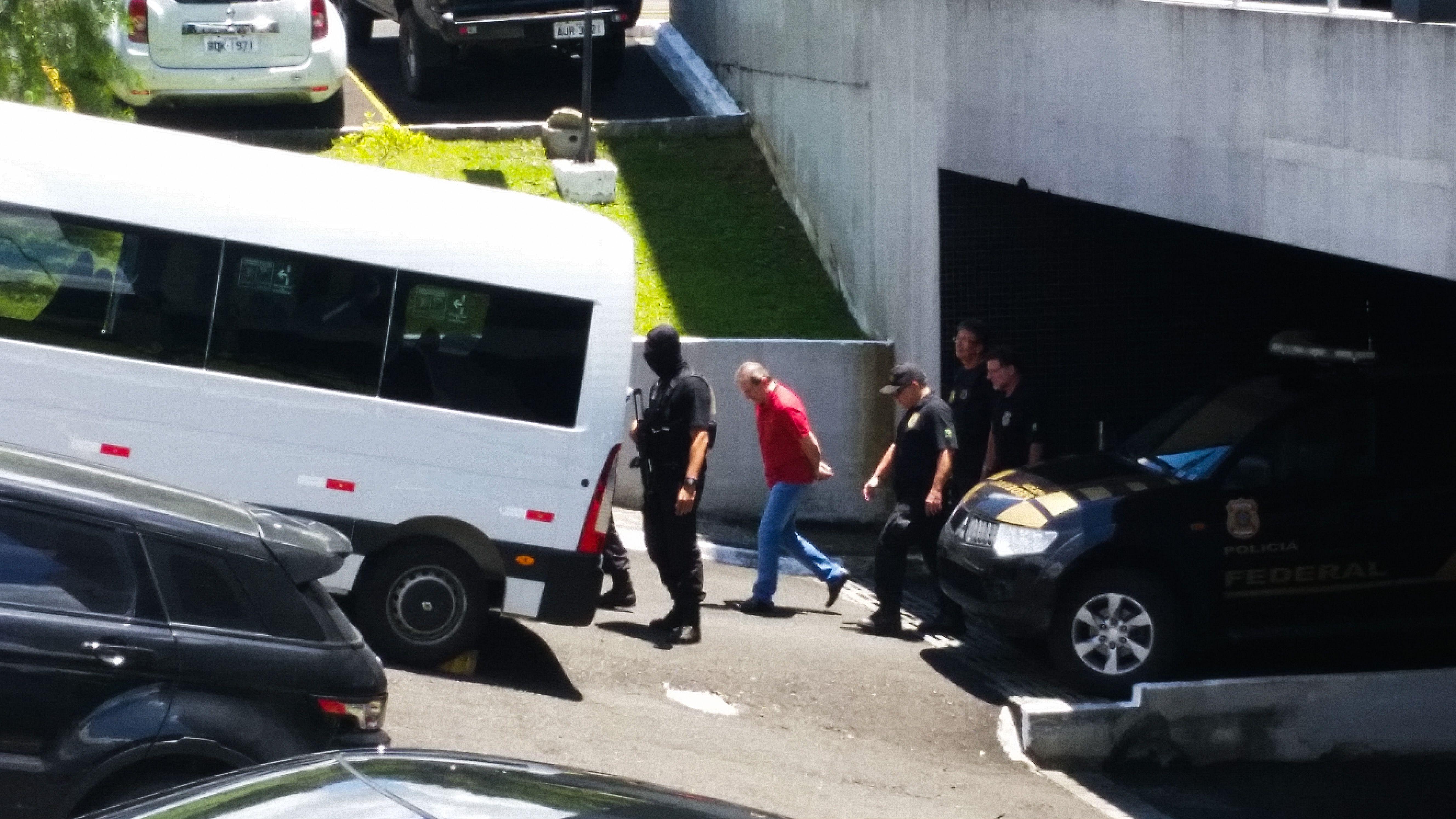 O doleiro Alberto Youssef deixa carceragem da PF, em Curitiba, para participar de audiência na Justiça Federal, em fevereiro de 2015,