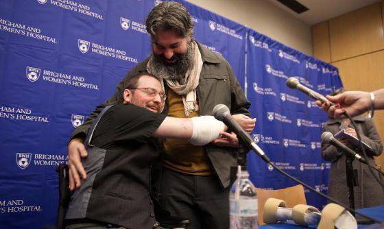 Will Lautzenheiser ensaia um abraço durante entrevista.