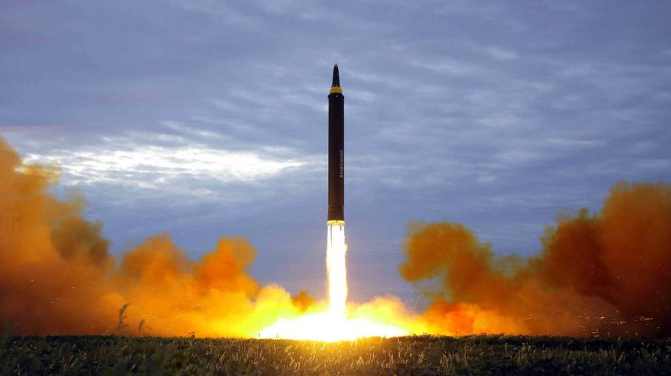 Um míssil norte-coreano Hwasong-12, lançado supostamente em agosto