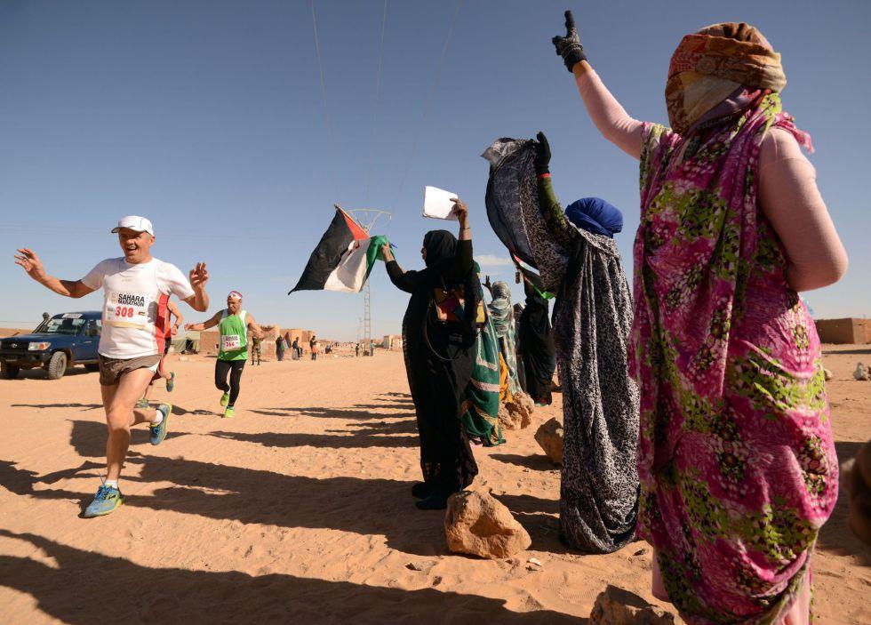Mulheres torcem durante maratona em campo de refugiados da Argélia.