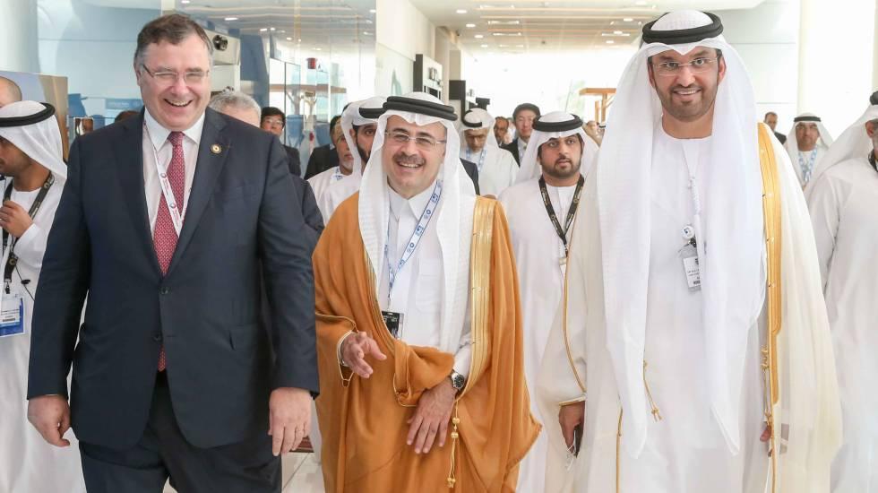 O sultão Ahmed al Jaber (dir.), com outros participantes da feira ADIPEC.