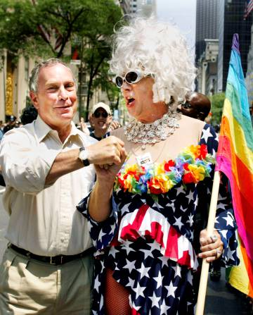 Gilbert Baker (à dir.) ao lado do prefeito de Nova York, Michael Bloomberg, durante a parada do Orgulho Gay de 2002.