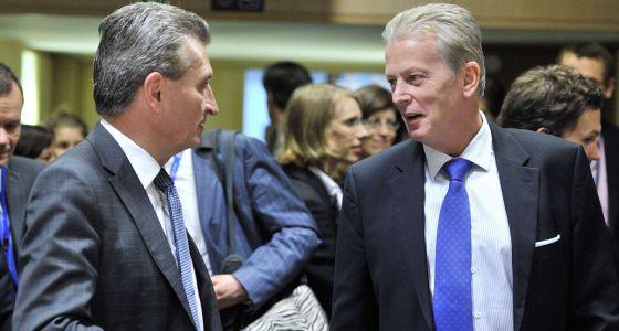 O comissário europeu de Energia, Günther Oettinger (esq), junto ao ministro austríaco da Economia, Reinhold Mitterlehner, na terça-feira em Bruxelas.