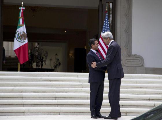 Kerry cumprimenta Peña Nieto hoje na Cidade do México.