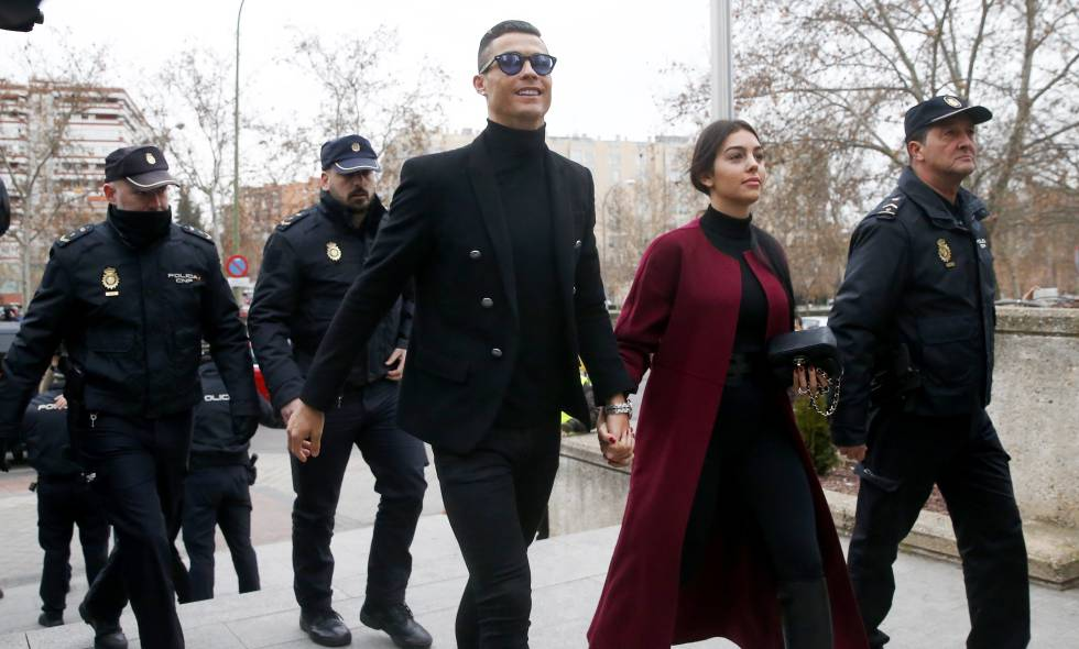 Cristiano Ronaldo e sua mulher, Georgina Rodríguez, em sua chegada ao tribunal.