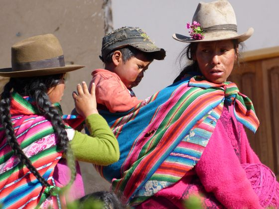 Uma criança com duas mulheres em Pataypampa.