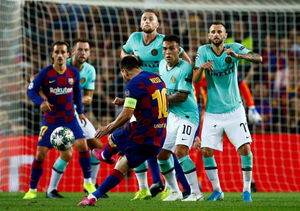 Messi cobra falta contra a Inter na primeira partida entre as equipes.
