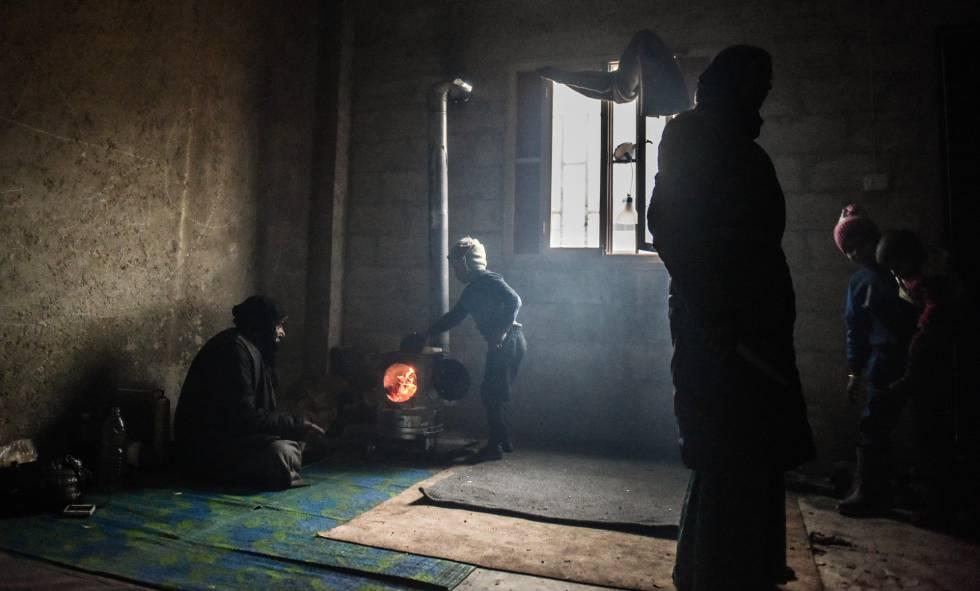 Nasser Naasan, de 38 anos, e sua família foram levados pelo Exército sírio do bairro de Al Sukkari, na zona leste de Aleppo, para o campo de refugiados de Jibrin.