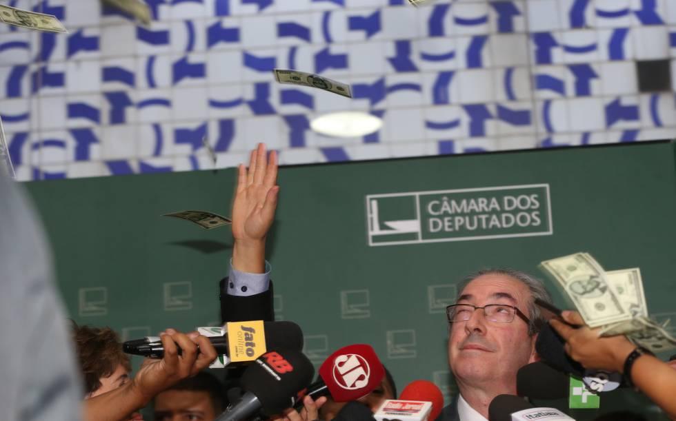 Eduardo Cunha em uma imagem de novembro passado, quando ele levou um 'banho de dólares' em protesto.