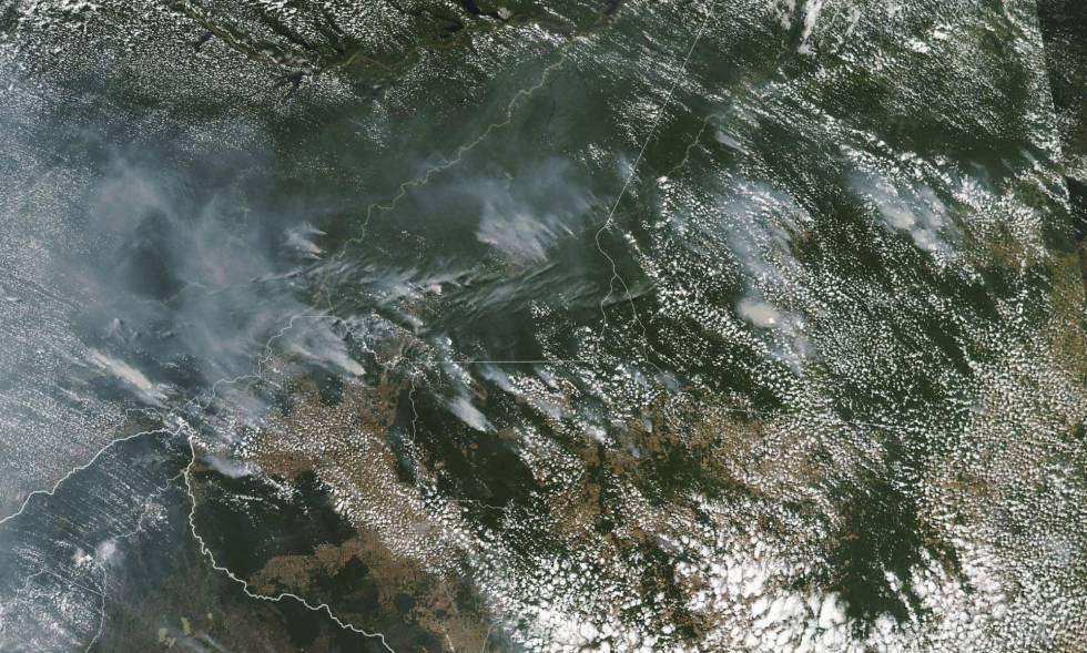 Imagem de satélite da NASA mostra a fumaça dos focos de incêndio na Amazônia.
