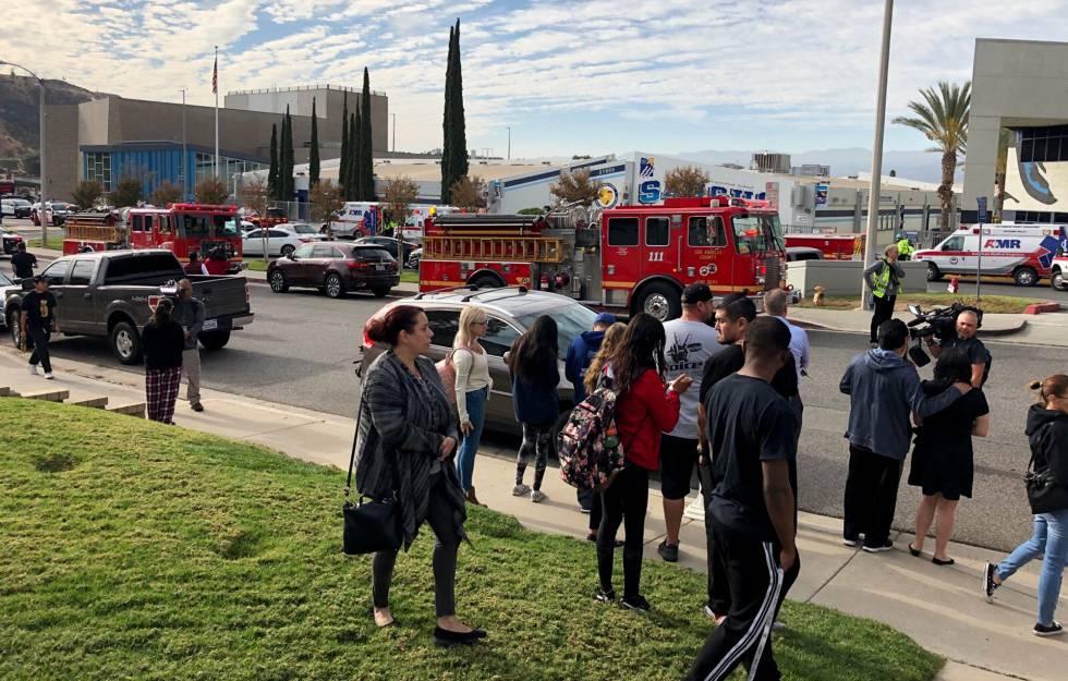 Movimentação em frente à escola Saugus High School após um tiroteio deixar vítimas.
