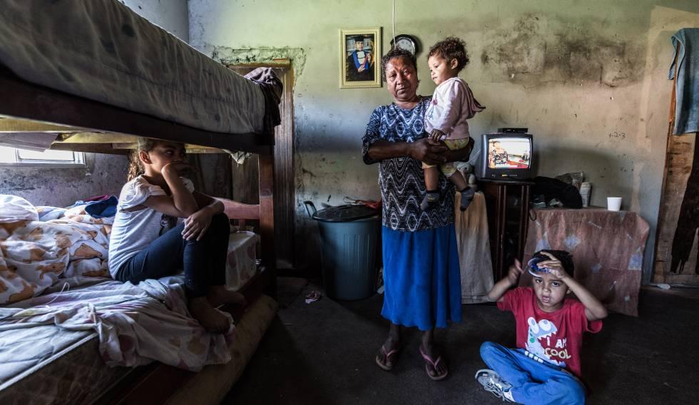 Idalinda Gomes, 58 anos, com três netos que cria em um barraco no Jardim Monte Verde, Zona Sul de São Paulo