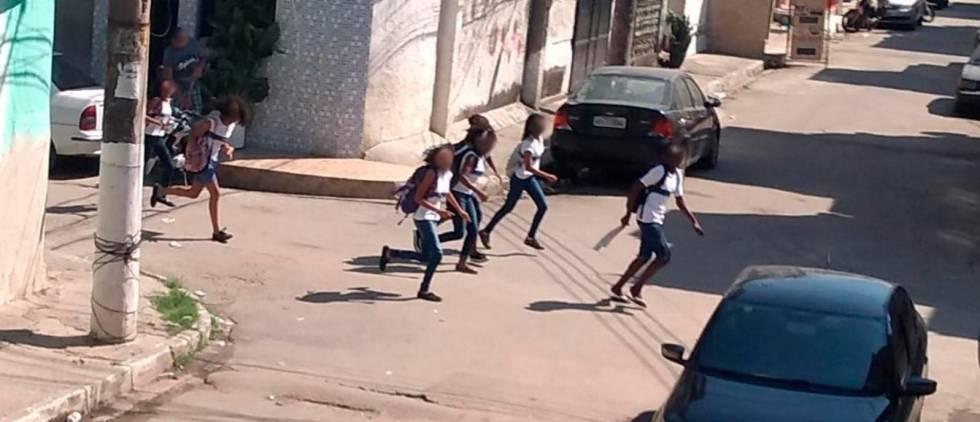 Crianças na Maré correm de disparos, nesta segunda-feira.
