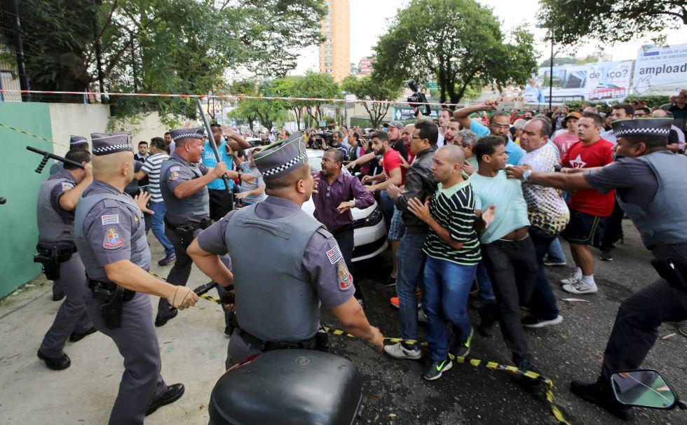 Partidários de Lula se enfrentam com a polícia durante protesto perto da casa do ex-presidente.