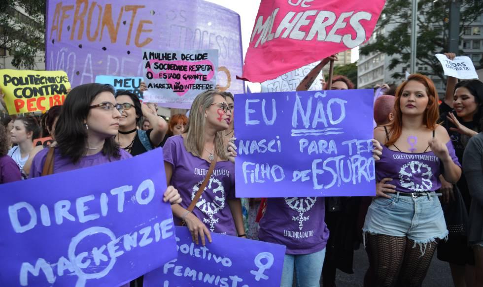 Protesto contra a 'PEC do estupro' em São Paulo.