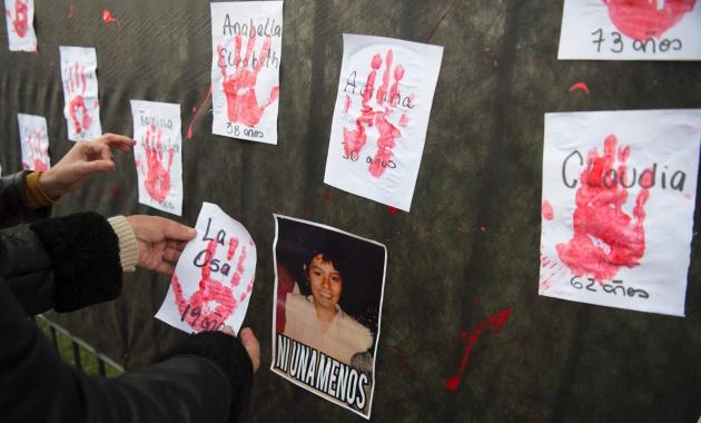 Mural pelas vítimas durante a manifestação em Buenos Aires.