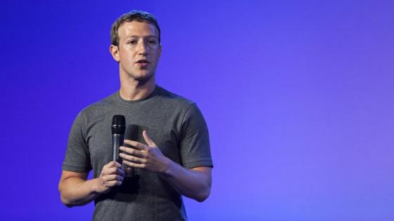 Mark Zuckerberg com sua característica camiseta cinza.