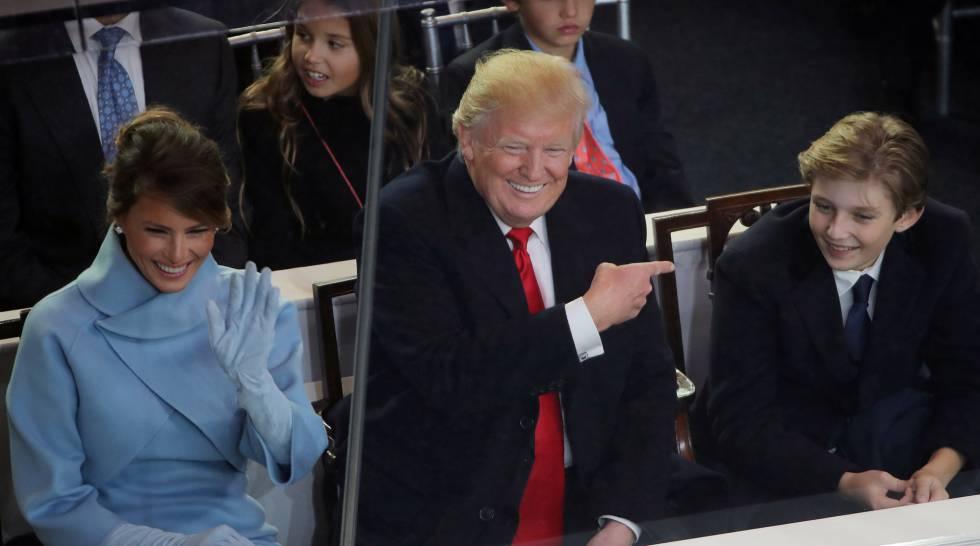 Barron Trump com os pais, Donald e Melania Trump.