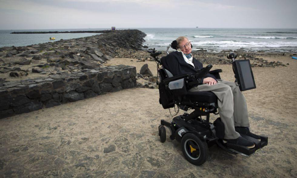 Hawking em uma praia das ilhas Canárias, na Espanha, em 2015.