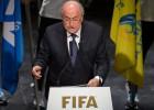 O presidente do órgão máximo do futebol mundial chama de 'casos individuais' a prisão de seus diretores por corrupção