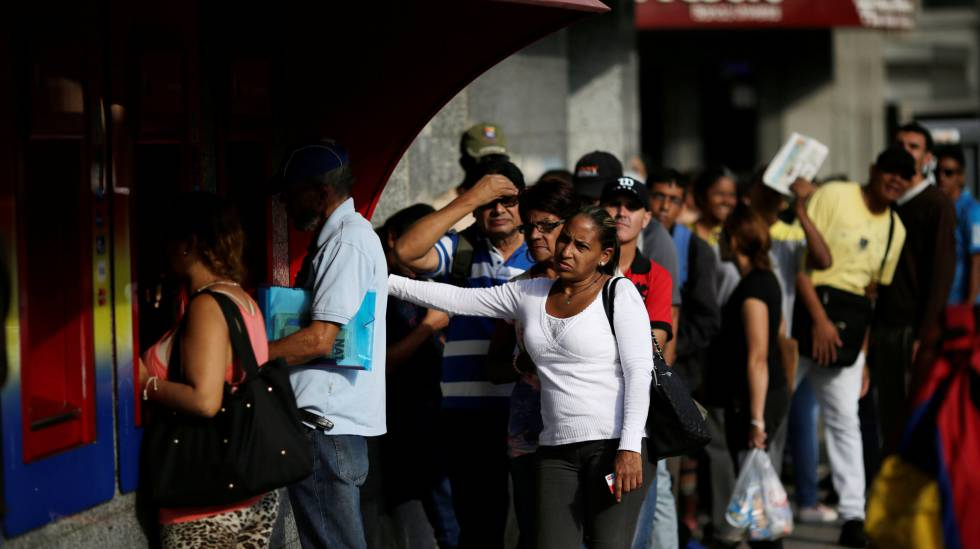 Venezuelanos fazem fila para sacar dinheiro em Caracas.