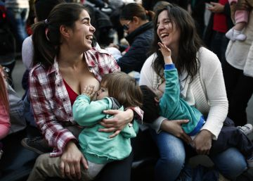 Uma mãe foi repreendida por dar de mamar a seu filho em uma praça e outras resolveram ir às ruas para demonstrar sua indignação