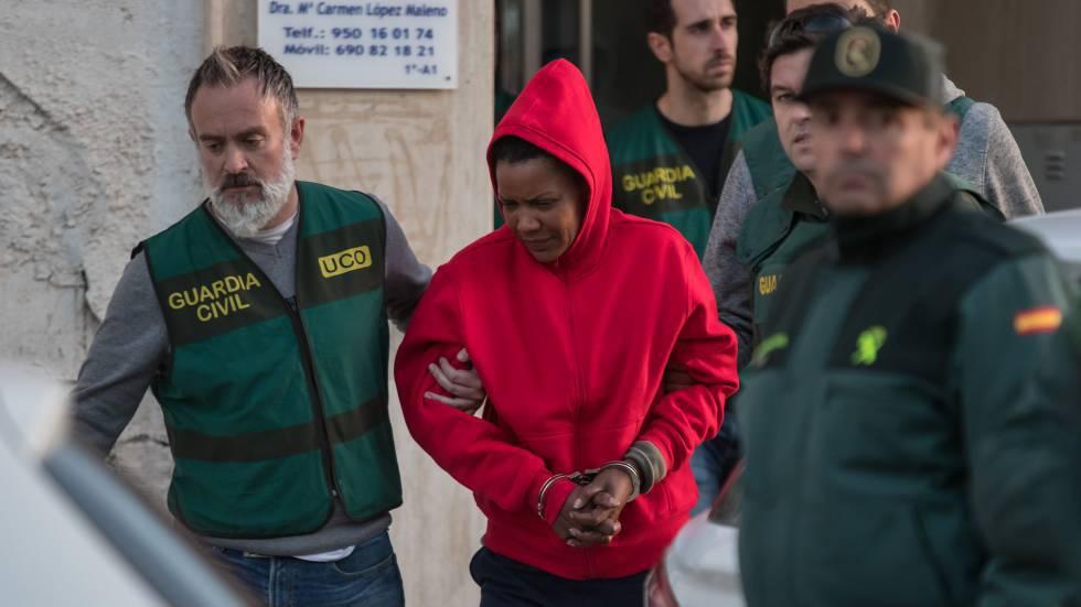 Ana Julia no momento em que era levada por policiais