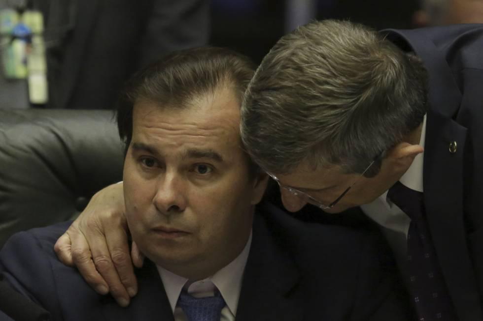 O presidente da Câmara, Rodrigo Maia, comanda a sessão em que está prevista a votação da denúncia contra Temer.