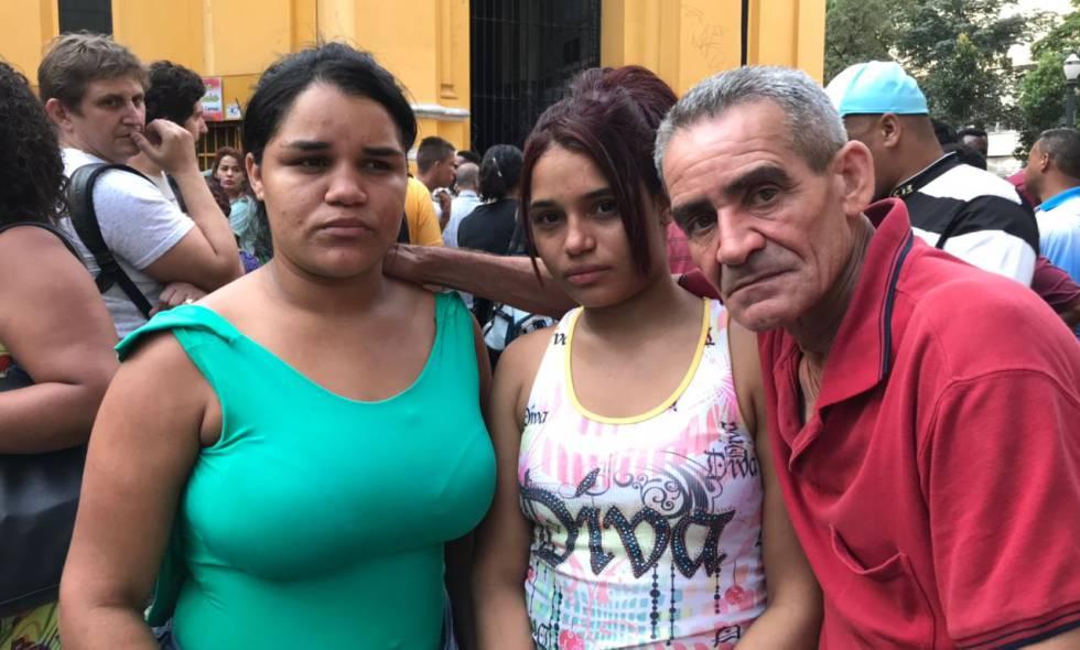 Evaneide e Edivânia (ao lado do tio Manuel) buscam a mãe que vivia no prédio que caiu