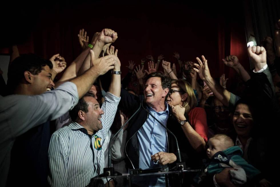 Marcelo Crivella comemorando sua vitória.