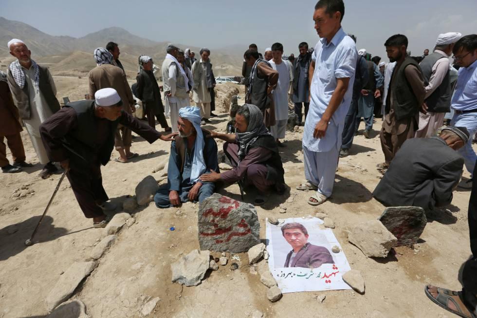 Sepultamento de vítima de atentado nesta semana em Cabul.