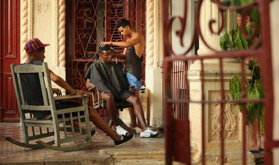 Barbearia montada na varanda de uma casa no bairro do Vedado, em Havana.
