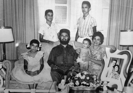 Fotografia cedida pela família Matos, onde Huber aparece com sua esposa e filhos no mesmo dia em que entregou sua carta de renúncia.