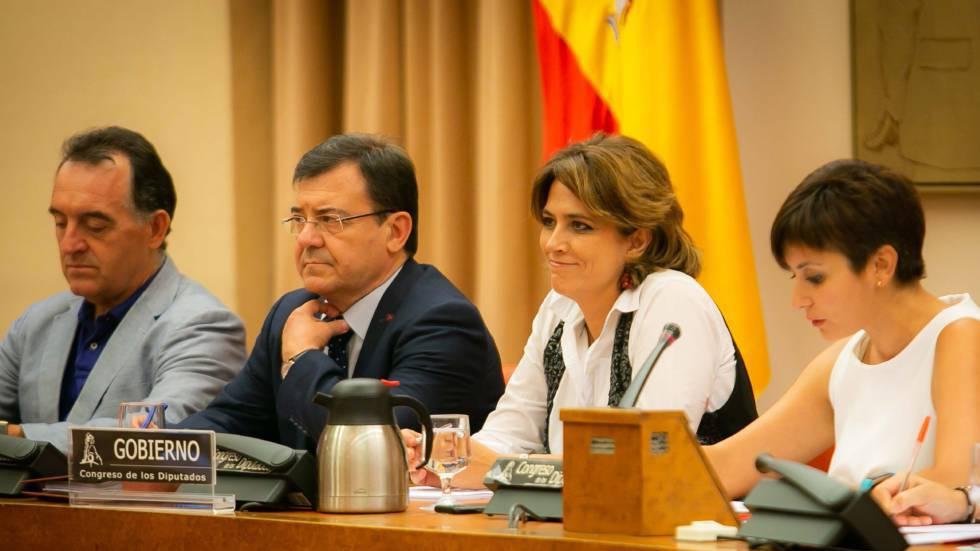 A ministra da Justiça espanhola, Dolores Delgado (centro), no Congresso