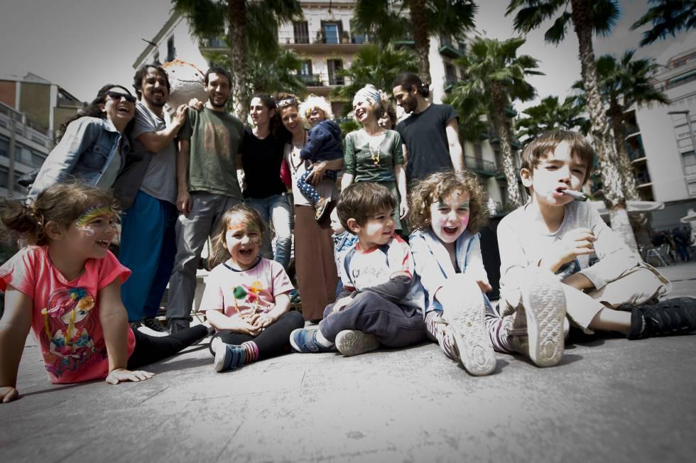 Pais e filhos do grupo infantil Babalia, no bairro de Poble Sec, em Barcelona