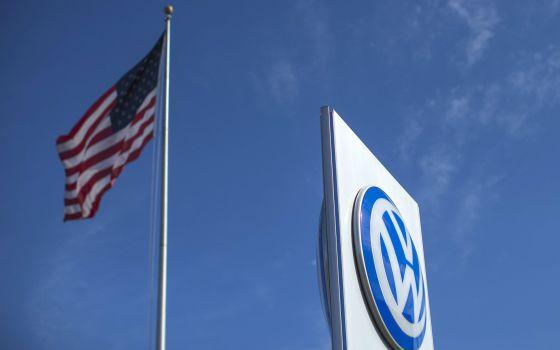 Bandeira dos Estados Unidos e logo da Volkswagen em concessionária na Califórnia.