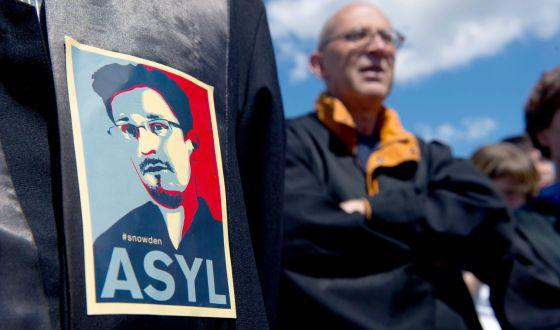 Uma manifestante com um adesivo que pede asilo para Snowden em um protesto contra a espionagem na Alemanha no sábado.