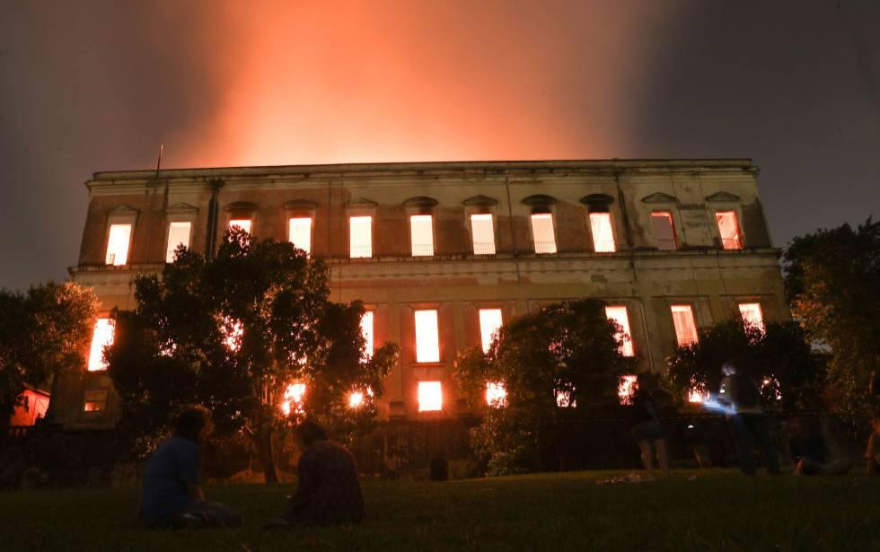 Imagem do Museu Nacional em chamas no último domingo (2).