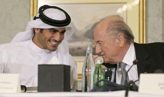 O xeique Mohammed A o-Thani, responsável pela Copa do Mundo de 2022, com Joseph Blatter, presidente da FIFA.